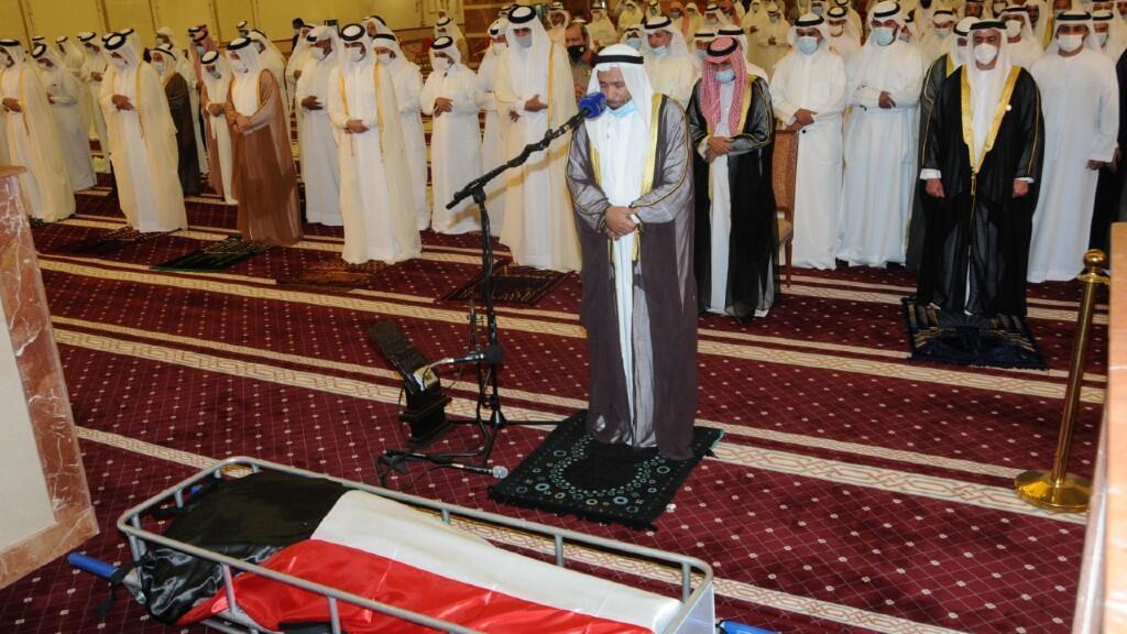 Fotografía del funeral del emir kuwaití y todo su antiguo séquito rindiéndole homenaje. En Kuwait, el 30 de septiembre de 2020.