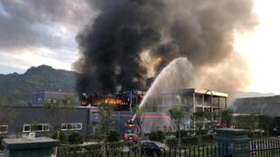 Los bomberos intentan apagar el incendio después de una explosión en una planta química dentro de un parque industrial en Yibín, provincia de Sichuán, en China.