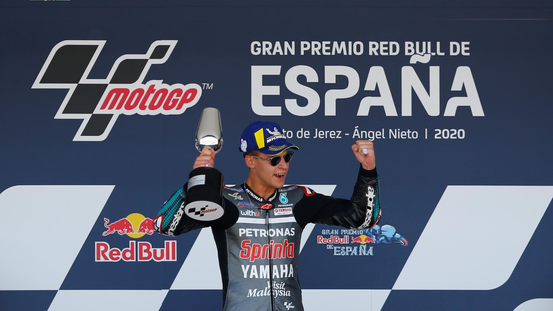 MotoGP - Gran Premio de España - Circuito de Jerez, Jerez, España - 19 de julio de 2020. Fabio Quartararo celebra ganar la carrera en el podio con el trofeo.