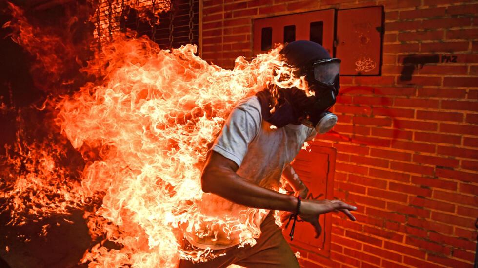 El manifestante venezolano, José Víctor Salazar Balza, de 28 años, corre en llamas tras los enfrentamientos con la Guardia Nacional, registrados durante una manifestación contra el presidente Nicolás Maduro en Caracas, el 3 de mayo de 2017.
