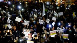 Cientos de ciudadanos participaron en una protesta con linternas para exigir la renuncia del fiscal general de Colombia, Néstor Humberto Martínez, por el escándalo de corrupción de Odebrecht en Bogotá, Colombia, el 11 de enero de 2019.