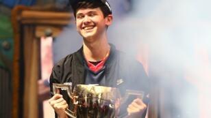 """Kyle Giersdorf, alias """"Bugha"""", champion du monde de Fortnite, brandit son trophée le 28 juillet 2019, à New York."""