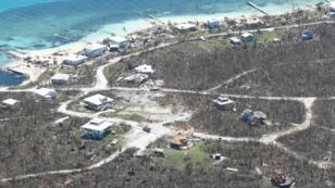 طاقم مروحية من خفر السواحل الجوي كليرواتر MH-60 يقوم بعمليات إنقاذ  إثر مرور إعصار دوريان، جزر البهاما، 5 سبتمبر/أيلول 2019.
