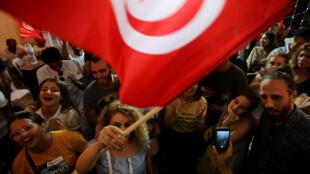 Seguidores del candidato detenido Nabil Karoui reaccionan, el 15 de septiembre de 2019, luego de que sondeos a boca de urna asegurarán que estará en la segunda vuelta presidencial el 13 de octubre.