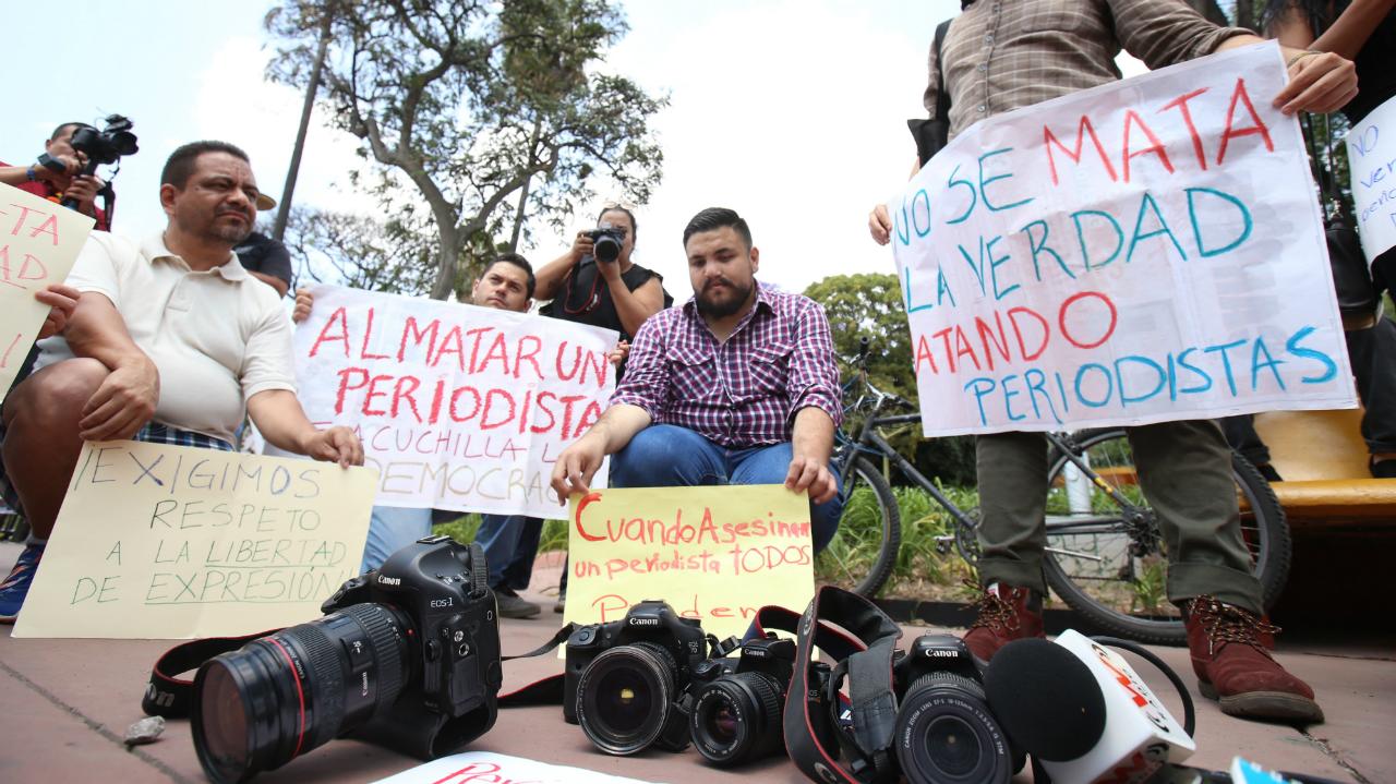 Foto de Archivo. Periodistas mexicanos protestan por el asesinato de tres compañeros, en Guadalajara, México, el 26 de marzo de 2017.