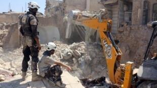 إزالة ركام أحد المنازل الذي تعرض للتدمير بعد غارة جوية في حي جلوم الذي تسيطر عليه المعارضة في حلب