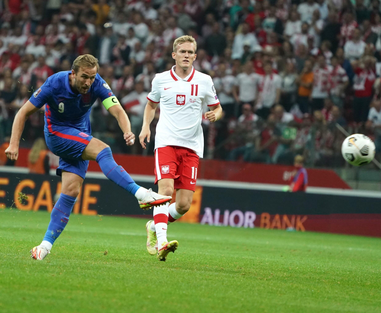 Napastnik Anglii Harry Kane zaczyna strzelać przeciwko Polsce podczas europejskich eliminacji do Mistrzostw Świata 2022 w Warszawie 8 września 2021 roku.