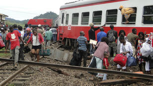 Des passagers du train Camrail se fraient un chemin après l'accident ferroviaire, le 21 octobre 2016, dans le centre du Cameroun.