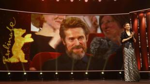 La presentadora Annabelle Mandeng se dirige a la audiencia en la ceremonia de entrega del Premio Oso de Oro Honorífico otorgado a Willem Dafoe en el 68° Festival Internacional de Cine de la Berlinale en Berlín, Alemania, el 20 de febrero de 2018.