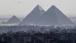 Des avions de chasse français et égyptiens survolent les pyramides à Gizeh, près du Caire, le 21 juillet 2015.