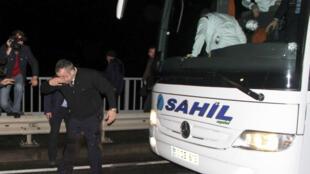 Le conducteur du bus de l'équipe de football stambouliote de Fenerbahçe a été blessé au visage dans l'attaque armée du véhicule samedi 4 avril.