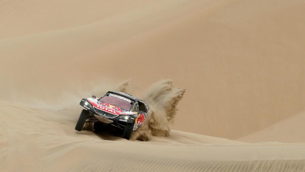 En coches es el español Carlos Sainz (Peugeot) quien lucha por ganar su segundo Dakar, aunque para ello debe recortar más de 27 minutos de ventaja respecto al líder de la carrera, el francés Stéphane Peterhansel, su compañero de equipo.