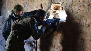 Un soldat du régime inspecte une maison en ruines dans la province d'Alep, le vendredi 25 novembre 2016.