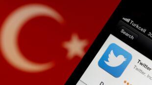 تطبيق توتير وفي الخلفية العلم التركي