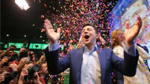 El candidato presidencial ucraniano Volodímir Zelenski luego del anuncio de la primera encuesta a boca de urna de la segunda vuelta, en su sede de campaña en Kiev, Ucrania, el 21 de abril de 2019.
