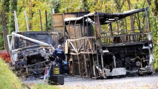 La collision entre un car et un camion a fait au moins 43 morts, le 23 octobre 2015, à Puisseguin.