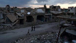 أطفال سوريون يلعبون في دوما في 27 شباط/فبراير 2016