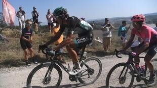 (Archivo) El corredor alemán de Bora-Hansgrohe Marcus Burghardt (I) y el ciclista profesional de EF Lawson Craddock de EEUU durante una escapada por un camino de grava en la clásica carrera ciclista de un día Strade Bianche (Caminos Blancos) el 1 de agosto de 2020 alrededor de Siena, Toscana.