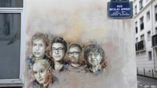 Retratos de Bernard Maris, Georges Wolinski, Bernard Verlhac (conocido como Tignous), Stéphane Charbonnier (Charb) y Jean Cabut (Cabu), cerca de las instalaciones de Charlie Hebdo, en París.
