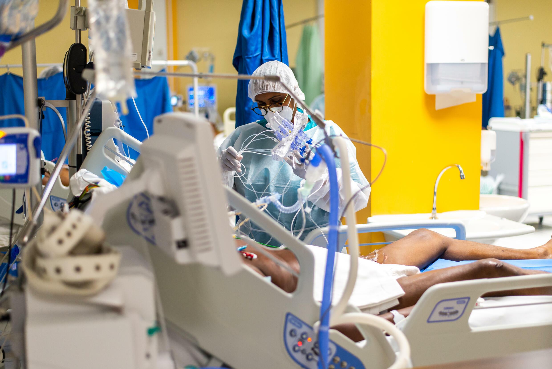 Une infirmière s'occupe d'un patient atteint de Covid-19 dans l'unité de soins intensifs au Centre Hospitalier Universitaire (CHU) de Pointe-a-Pitre, en Guadeloupe, le 24 septembre 2020