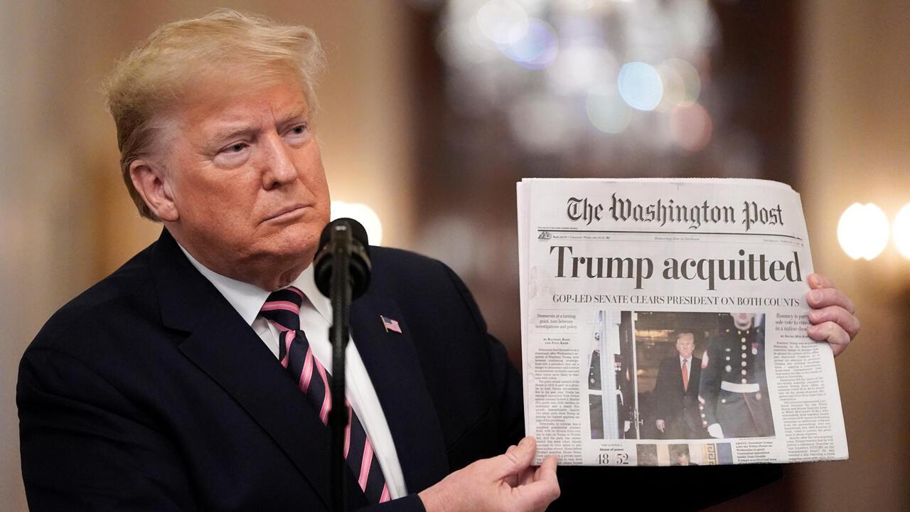 El presidente de Estados Unidos, Donald Trump, sostiene una copia del 'Washington Post' en la que se lee: Trump absuelto, un día después de que el Senado lo exculpara de dos cargos en el marco del juicio político, el 6 de febrero de 2020 en Washington, DC.