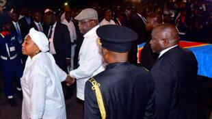 Le président de la République démocratique du Congo, Félix Tshisekedi, et sa femme, Denise Nyakeru, après l'arrivée du corps d'Étienne Tshisekedi, le 30mai2019.