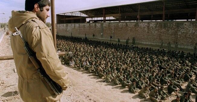شاب إيراني مسلح.
