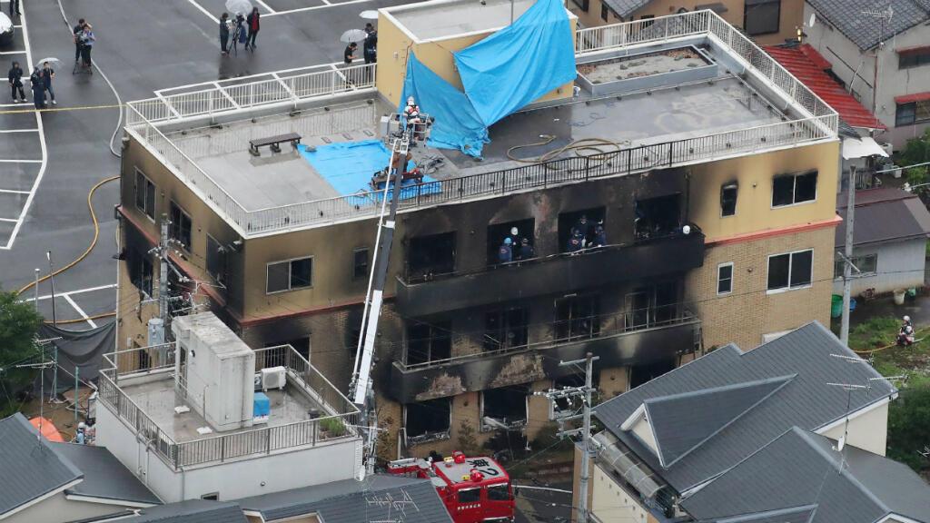 Esta vista aérea muestra la escena de rescate y recuperación después de que un incendio en un edificio de una compañía de animación matara a unas 23 personas en Kyoto, Japón, el 18 de julio de 2019.