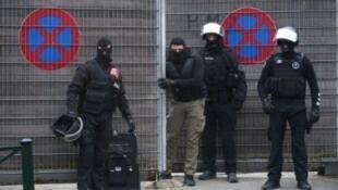 عناصر من الشرطة البلجيكية خلال عملية في حي مولنبيك في بروكسل 18 آذار/مارس 2016