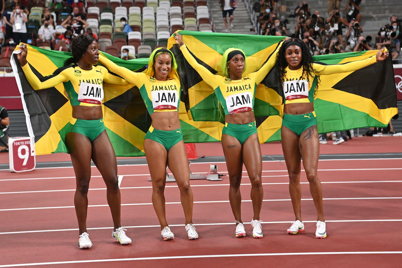 Las atletas de Jamaica Shericka Jackson, Briana Williams, Shelly-Ann Fraser-Pryce y Elaine Thom pson-Herah, posan tras obtener medalla de oro en la final de relevos 4x100m femeninos durante los Juegos Olímpicos de Tokio 2020, en el Estadio Olímpico de Tokio, el 6 de agosto de 2021.