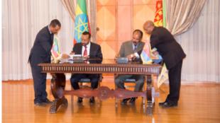 Le président érythréen Issaias Afeworki et le Premier ministre éthiopien Abiy Ahmed signent une déclaration commune de paix à Asmara, le 9 juillet 2018.
