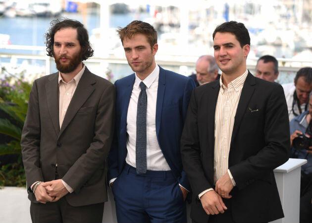 """Robert Pattinson, entouré de Josh et Ben Safdie, réalisateurs du polar """"Good Time""""."""