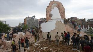 أنقاض برج دارهرا التاريخي في كاتماندو بالعاصمة النيبال