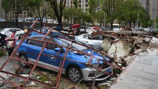 Carros afectados en Wenling en la provincia Zhejiang, China, luego del paso del tifón Lekima, el 10 de agosto de 2019.