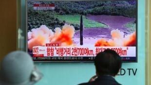 رجل يشاهد التلفاز حيث يبث خبر اطلاق كوريا الشمالية لصاروخ جديد، في إحدى محطات القطار في عاصمة كوريا الجنوبية، سول في 29 آب/أغسطس 2017