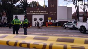 Miembros de la Policía son vistos en la entrada de la Escuela General Santander luego de que un carro bomba causara una explosión el jueves 17 de enero de 2018 en Bogotá, Colombia.