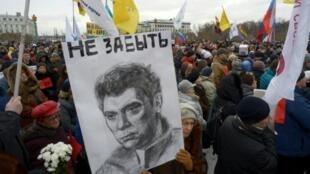 مشاركون في إحياء الذكرى الثانية لاغتيال المعارض بوريس نيمتسوف في موسكو في 26 شباط/فبراير 2017