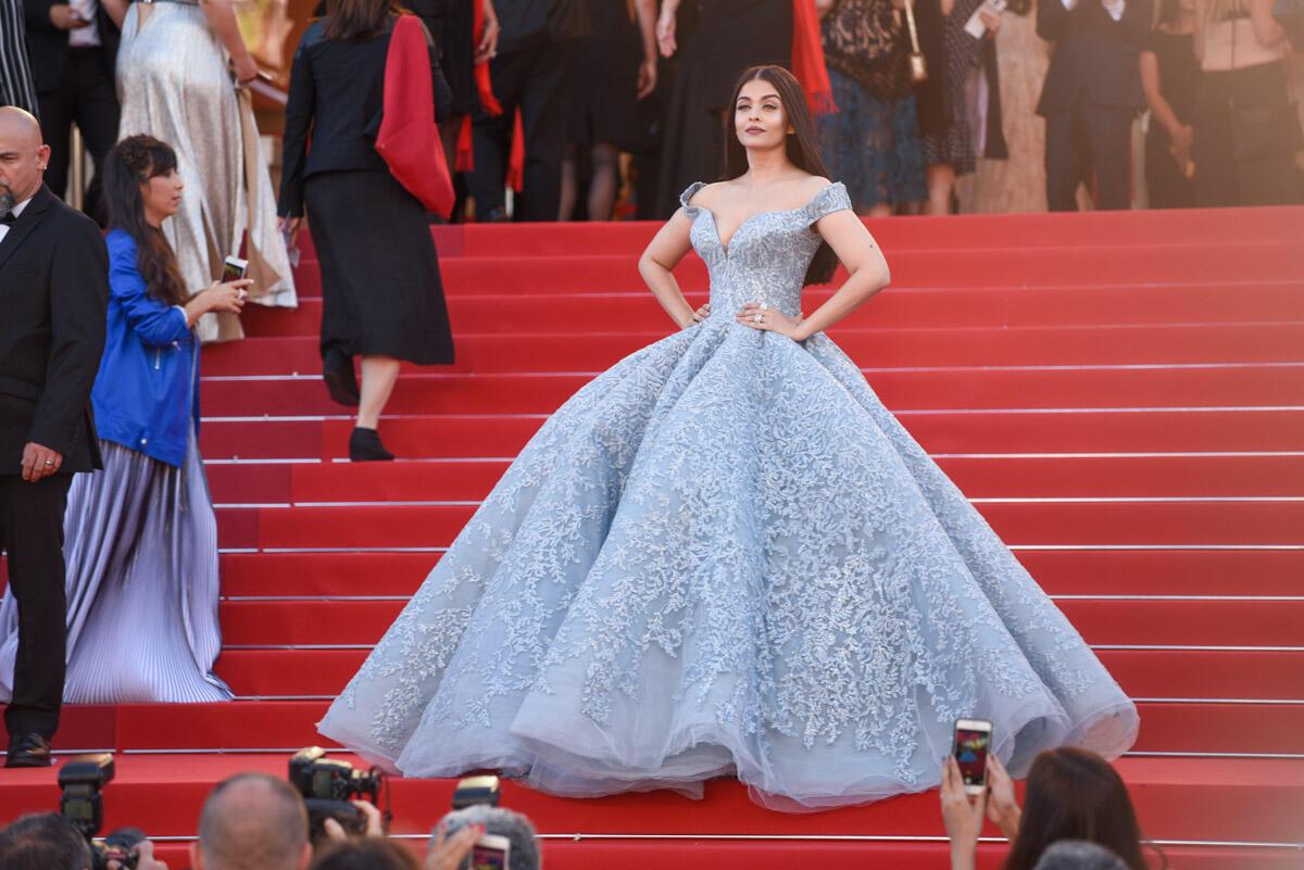 L'ex-miss monde indienne, Aishwarya Rai, pose dans une imposante robe de bal sur les marches du Palais des Festivals. Parfait pour le tapis rouge, un peu plus compliqué pour assister à une projection de cinéma...
