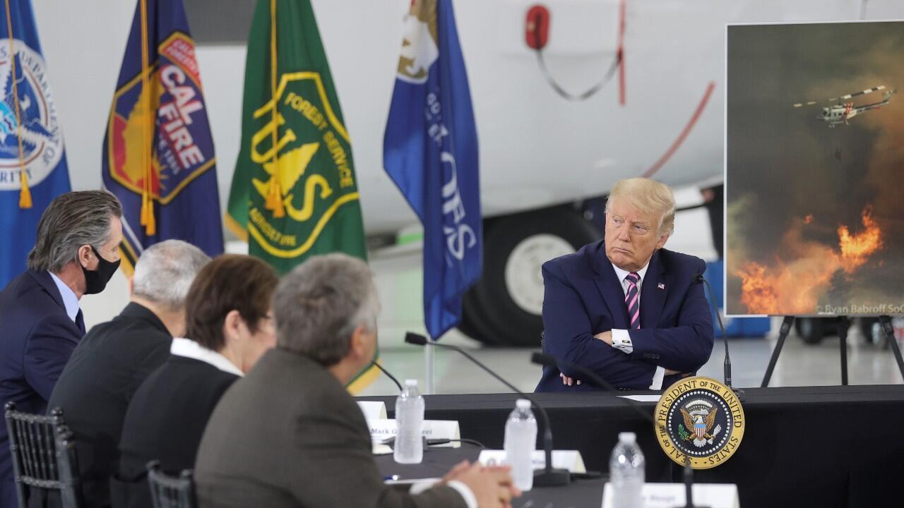 El presidente Donald Trump se reúne con varios funcionarios y el gobernador de California, Gavin Newsom, en McClellan Park, California, Estados Unidos, el 14 de septiembre de 2020.