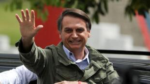 Jair Bolsonaro, presidente electo de Brasil del Partido Social Liberal (PSL), hace un gesto en un centro de votación en Río de Janeiro. Foto tomada el 28 de octubre de 2018.