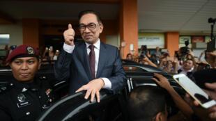 Anwar Ibrahim, le 16 mai 2018, salue ses soutiens à sa sortie de l'hôpital à Kuala Lumpur.