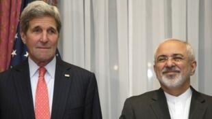 Le secrétaire d'État américain, John Kerry, aux côtés du chef de la diplomatie iranienne Mohammad Javad Zarif, le 16 mars à Lausanne.