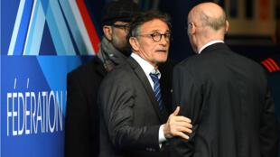 Le sélectionneur des Bleus, Guy Novès, en grande discussion avec le président de la FFR Bernard Laporte.