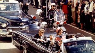 John F. Kennedy, acompañado por su esposa, el día que fue asesinado en Dallas, Texas.