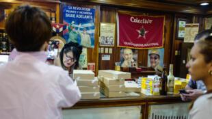 Los clientes compran tabaco en una tienda de La Habana, el 1 de marzo de 2018