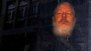 El fundador de WikiLeaks, Julian Assange, es visto cuando sale de una estación de policía en Londres, Reino Unido, 11 de abril de 2019.