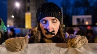 Une femme manifestant contre le projet du Parlement polonais d'interdire presque intégralement l'avortement, le 10 janvienr, à Varsovie.
