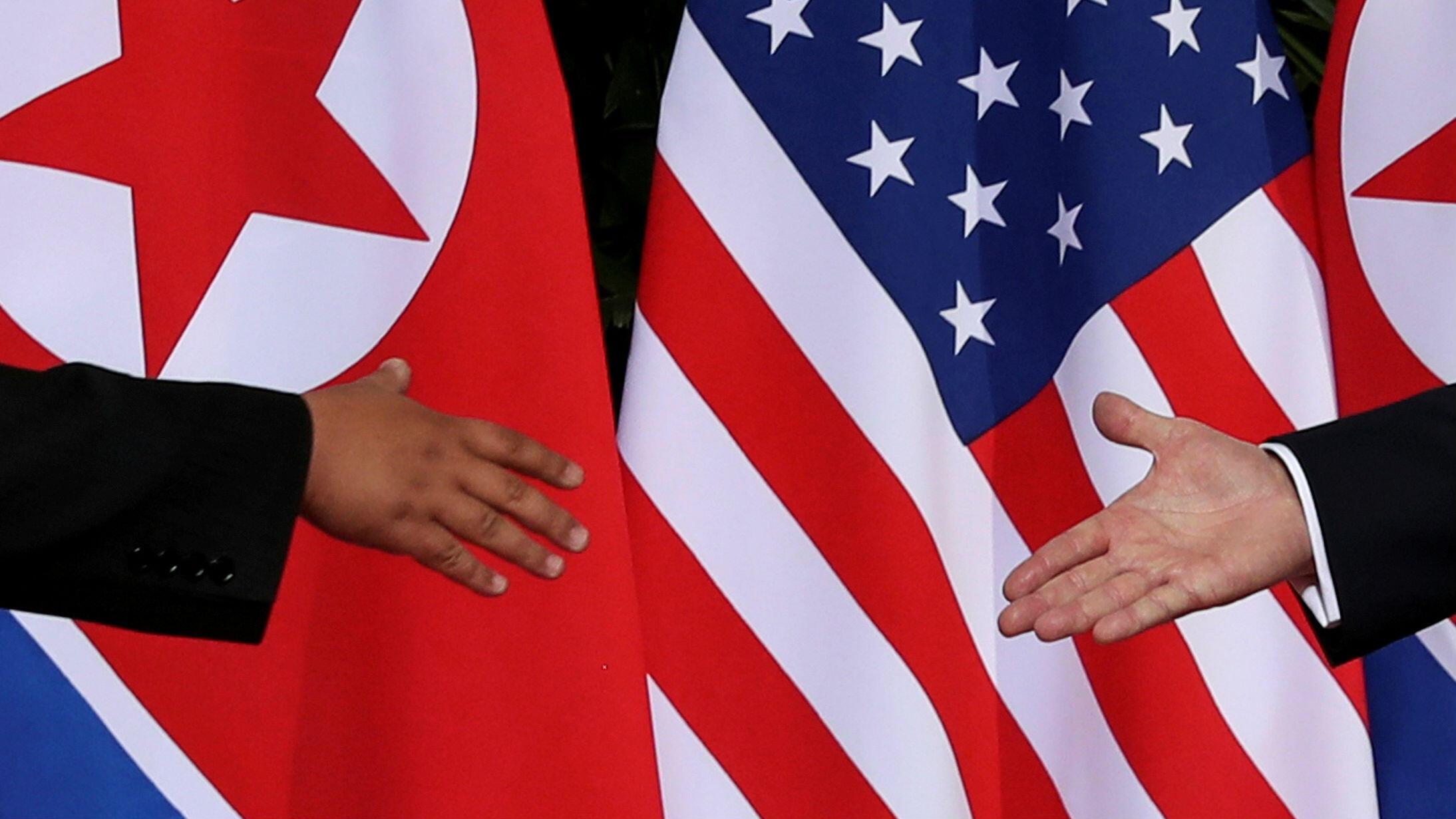 El líder de Corea del Norte, Kim Jong-un(izq), y el presidente de Estados Unidos, Donald Trump (der), estrechan la mano en su primera reunión en Sentosa, Singapur, el 12 de junio de 2018.