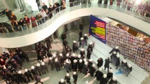 Les locaux du journal Zaman, à Istanbul, enavhis par la police le samedi 5 mars.
