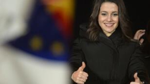 La dirigeante du parti anti-indépendantiste catalan Ciudadanos, Inès Arrimadas, levant les bras en signe de victoire, le 21 décembre, à Barcelone.